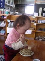 箸を上手く使ってる一歳児