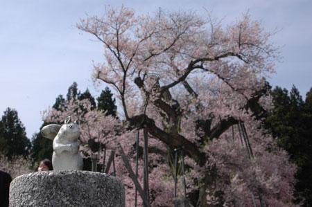 釜の越とリスの石像