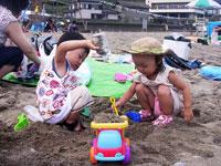 砂浜で砂遊び