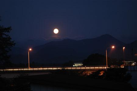 実家から眺めた月