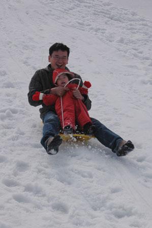 しゅり人生初のソリ滑り
