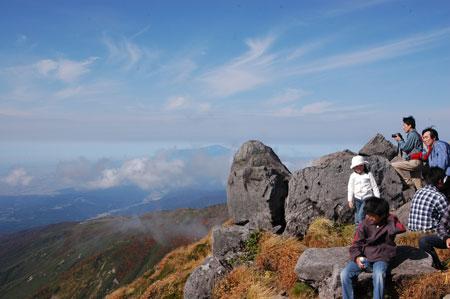 月山山頂から眺める鳥海山