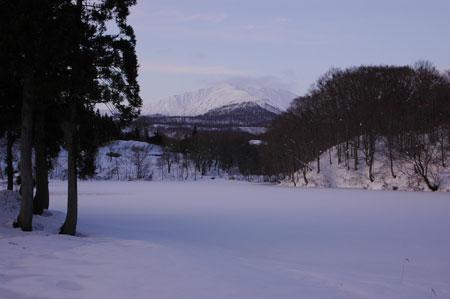氷に覆われた五色沼と湯殿山