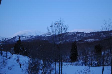月山副峰の姥ヶ岳(左)に月山(右)