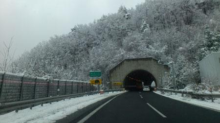 峠では雪が積もった様です。