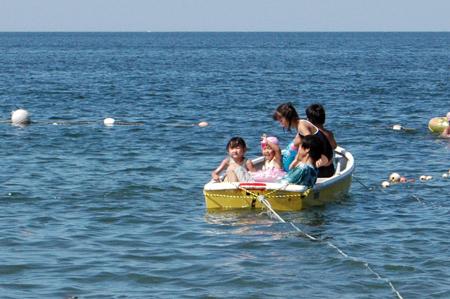 船に乗る子供達