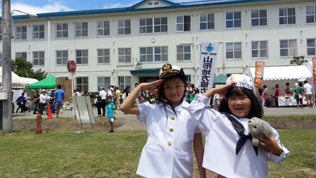 海上自衛隊の格好で敬礼!